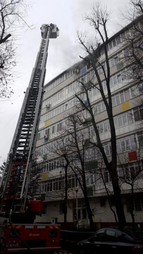 Ultimă oră: Incendiu puternic la etajul șapte al unui bloc din București! O persoană, găsită moartă!