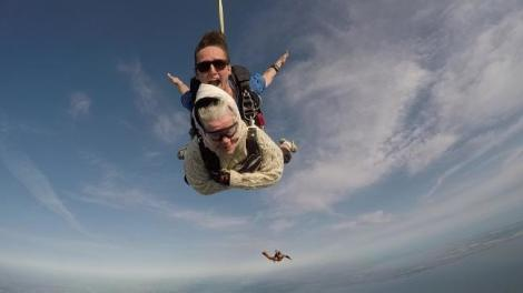 Experiență plină de adrenalină, dar și un curaj nebun! O femeie de 102 ani a devenit cea mai în vârstă persoană din lume care a sărit cu parașuta – VIDEO