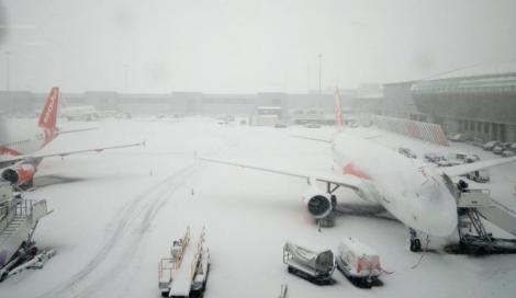 Nervi și disperare pe aeroporturile din România! Zboruri anulate şi întârzieri de sute de minute, din cauza vremii