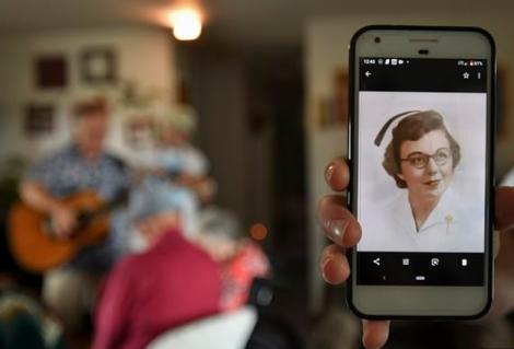 """Un străbunic de 90 de ani îți dovedește că dragostea nu moare! Ce a făcut pentru soția lui suferindă. """"Acum comunicăm cu ochii"""" - FOTO"""