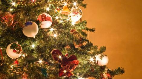 Cel mai inedit brad de crăciun este realizat de un cântăreț celebru! A folosit lucrurile fostei iubite pentru a-l decora, devenind senzația internetului – FOTO