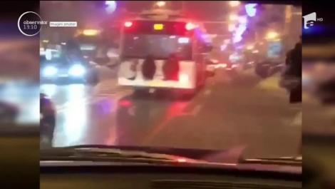 Inconștiență cu consecințe grave! Trei tineri au fost filmați în timp ce mergeau agățați de spatele unui autobuz, în plin trafic