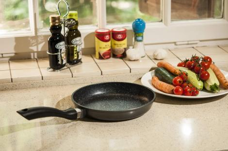 """CONCURS! Câștigă o tigaie Regis Stone Pan și descoperă secretul folosit de bucătarii de la """"Chefi la cuțite"""""""