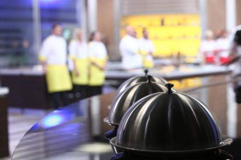 """O nouă ediție savuroasă """"Chefi la Cuțite"""" a început cu o probă pe măsură, emoții și preparate delicioase"""
