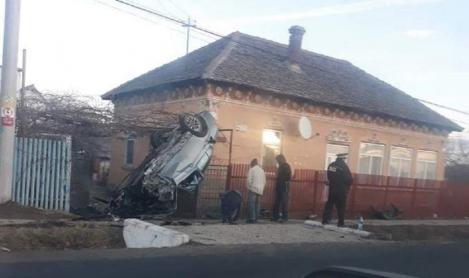 O tânăra beată s-a suit cu mașina pe poarta unei case din Dolj (FOTO)