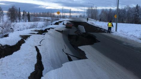 Șoseaua din imagine, devastată de cutremurul puternic din Alaska, a fost reparată în doar patru zile. Este uimitor cum arată acum