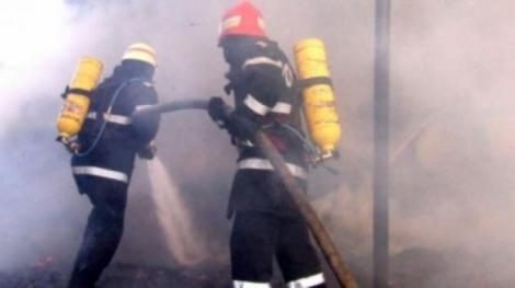 Incendiu puternic într-un bloc din Filiași! O persoană a murit, iar alte trei au ajuns la spital!