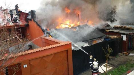 Incendiu în Capitală! Oamenii, în pericol să le ardă casele! Focul s-a extins, iar pompierii nu găsesc hidranți în zonă