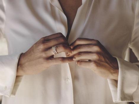 O femeie și-a cumpărat un inel ieftin și l-a purtat 30 de ani, fără să știe ce secret ascudne bijuteria! Ce detaliu a aflat