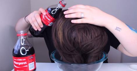 O tânără s-a spălat pe cap cu cola și apoi a mers la oglindă să vadă rezultatul! Ce s-a întâmplat cu părul
