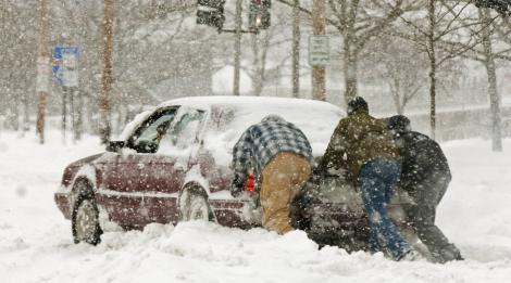 Șapte trucuri pentru a-ți scoate mașina din zăpadă rapid și cu un efort minim
