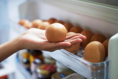 De ce nu este bine să ţii ouăle pe uşa frigiderului! Nu îți mai risca sănătatea, căci este cea mai importantă!
