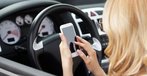 Lovitură uriaşă pentru şoferi. Ţara în care nu mai poţi folosi telefonul mobil nici măcar când staţionezi. Amenzile sunt mari!
