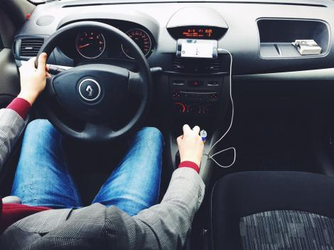 Cea mai proastă veste pentru șoferi! Folosirea telefonului mobil în mașină va fi interzisă definitiv în... Franța! Nu poți vorbi nici cu handsfree!