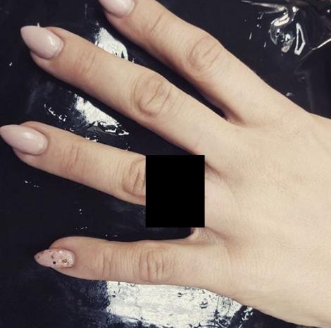 Asta e ultima fiță! Inelul de logodnă nu mai e la modă. Ce se poartă pe degetul inelar după cererea în căsătorie. Nu este tatuaj!