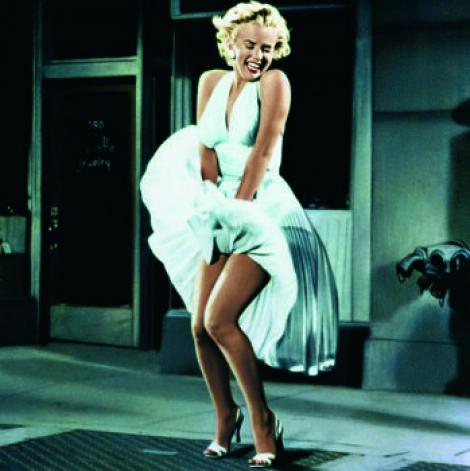 """Un moment dintr-un film, o imagine pentru eternitate. Marilyn Monroe, o viaţă trăită în """"montagne-rousse"""". A purtat cea mai scumpă rochie din lume"""