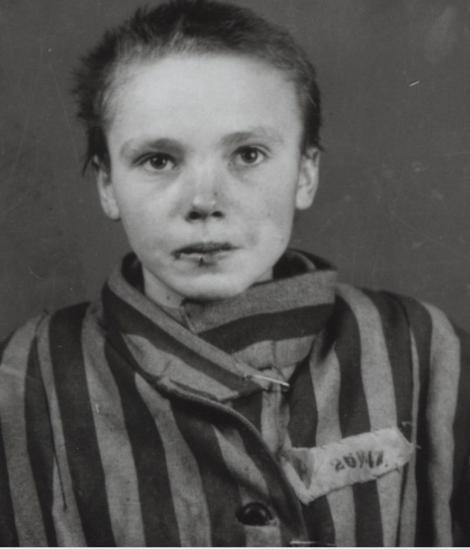 """Poţi privi doar dacă eşti puternic! Fotografii şocante cu o tânără închisă la Auschwitz au prins viaţă. """"Au lovit-o cu un băţ în cap. Şi-a şters lacrimile şi sângele de pe chip şi a stat cuminte la poză"""""""