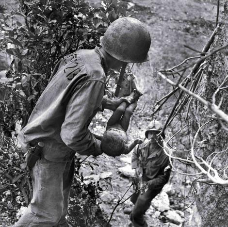 """1944, Al Doilea Război Mondial. Un scâncet de viață, printre sute de trupuri moarte. """"Dumnezeul copiilor"""" a scos la lumină, dintr-o peșteră plină de cadavre, un boț de om"""