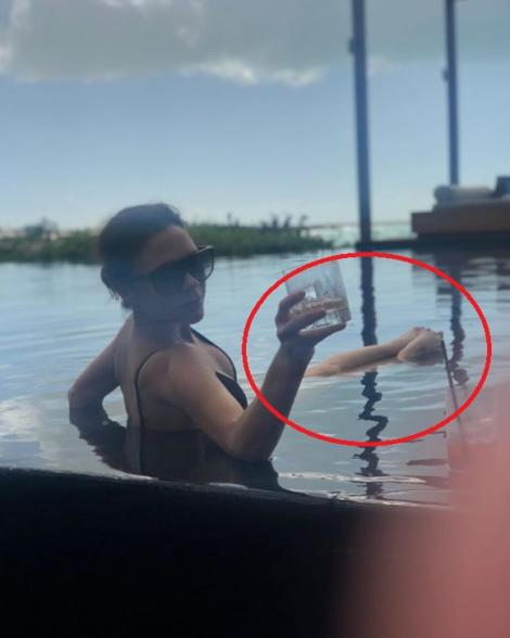 Fotografia care i-a nedumerit pe fanii Victoriei Beckham. Se relaxează în piscină, însă nimeni nu înțelege ce se întâmplă cu picioarele ei