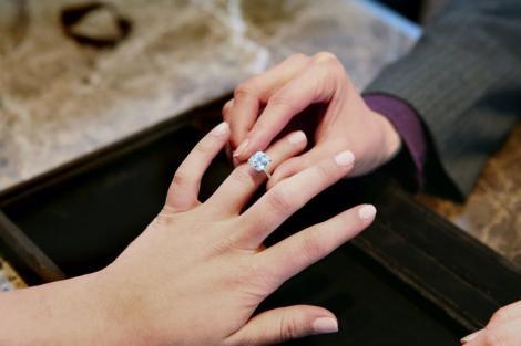 Femeile nu mai poartă inel de logodnă, ci au găsit o modă bizară! Ce își pun pe deget