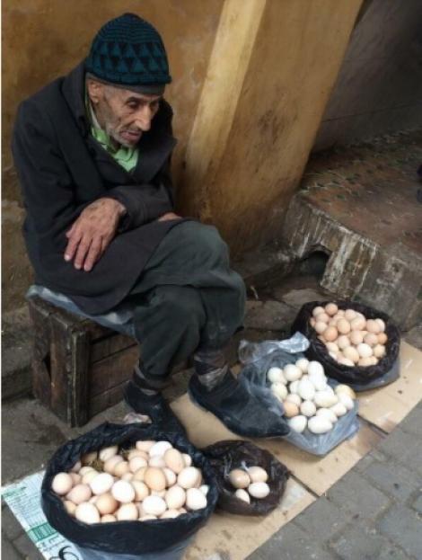 Povestea emoționantă din spatele unei imagini! Un bătrân vindea ouă atunci când o femeie bogată s-a apropiat de el...