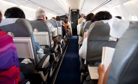 Incident la bordul unui avion care circula pe ruta Birmingham-Bucureşti. Un pasager ar fi încercat să intre cu forța în cabina piloților