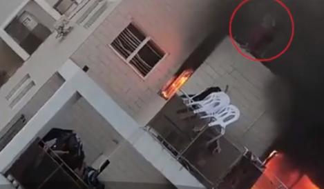 Imagini impresionante! O fetiță de doar 10 ani s-a aruncat de la balcon într-un moment de panică. Locuința era cuprinsă de flăcări