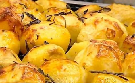 Cum pregătești cei mai buni cartofi la cuptor! Ingredientul secret pe care e musai să-l adaugi pentru a-i face crocanți la exterior