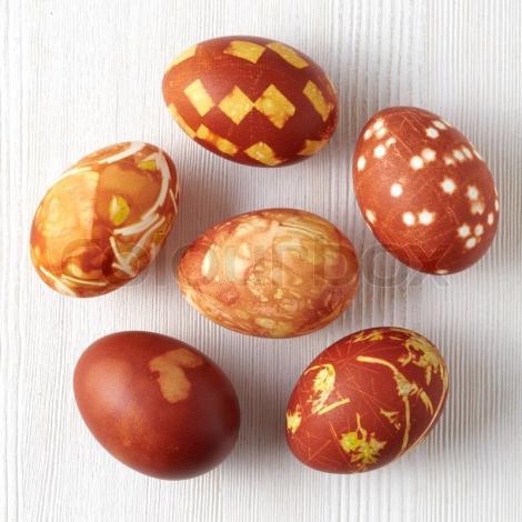 Nu da banii pe vopseaua toxică din comerț și hai să vopsim ouă în mod natural! Simplu, rapid și fără bani!