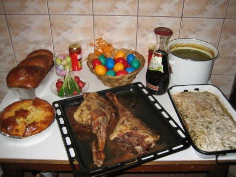 PAȘTE 2018. Câte calorii are mâncarea pe care o pun pe masă românii de sărbătorile pascale! Numai o felie de cozonac are circa 200 de calorii