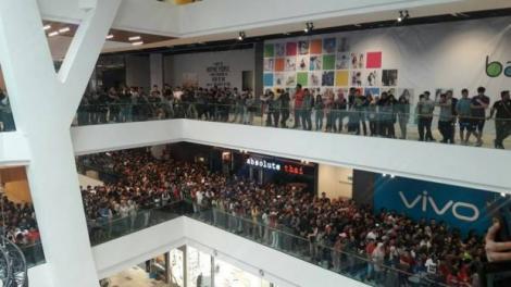 SCANDAT într-un mall! Un magazin a anunțat că vinde modele iPHONE cu doar 50 de DOLARI