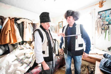 """Daniel Buzdugan și-a făcut o bundiță la un cojocar renumit din Bucovina, la """"Ie, Românie"""""""