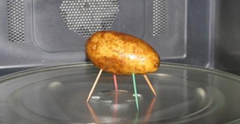 Ce se întâmplă dacă pui un cartof cu scobitori în microunde! Răspunsul te va uimi!