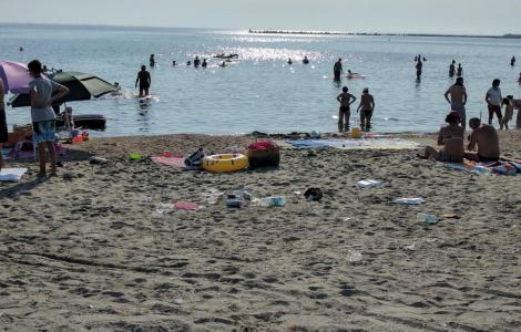 Turiştii din Mamaia, care aruncă gunoaie pe plajă, reclamaţi pe WhatsApp. Ce mesaj de avertizare vor primi