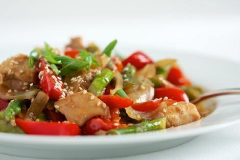 Tigaie picantă de pui cu legume și susan, o rețetă perfectă pentru orice moment al zilei!