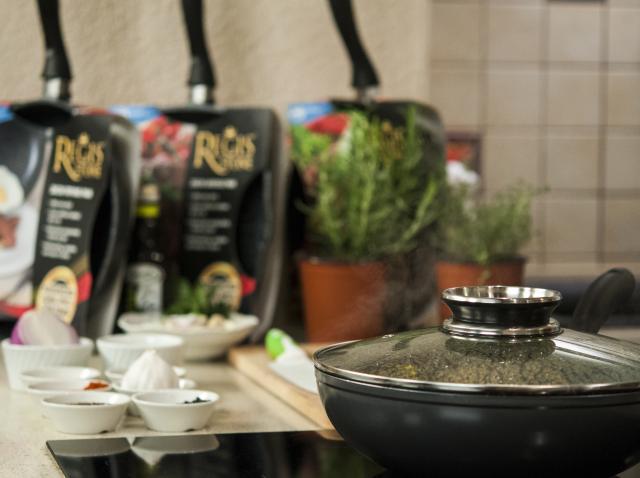 De ce trebuie să ai în bucătăria ta tigăile Regis Stone? Și dacă nu le ai, le vrei? Le poți câștiga de la Neatza și AloShop!