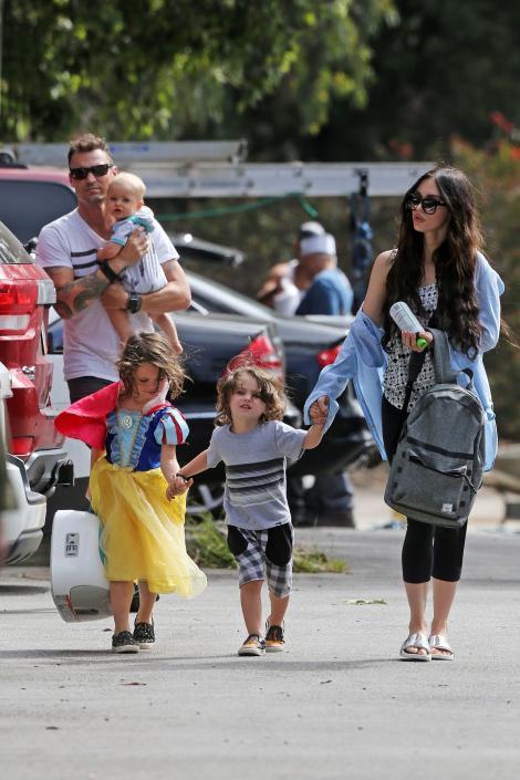 Ce CUPLU, oameni buni, ce cuplu! Sunt căsătoriți de opt ani, au trei copii împreună și se iubesc la nebunie! Cum au fost surprinși Megan Fox și Brian Austin Green la plajă