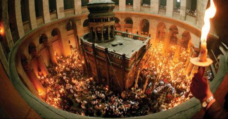 PAȘTE 2018. Lumina Sfântă s-a aprins în Biserica Mormântului Sfânt din Ierusalim. Cum se aprind singure cele 33 de lumânări  ale Patriarhului. VIDEO