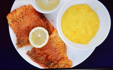 Pește prăjit cu usturoi si mamaligă. Pe cât de simplu pe atât de apetisant și de nerefuzat!