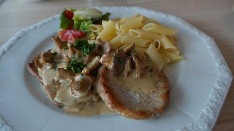 Cea mai bună rețetă de friptură de porc cu sos de ciuperci se face imediat și succesul e garantat!