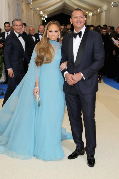 """Jennifer Lopez, dezvăluiri incendiare despre prima întâlnire cu Alex Rodriguez! Ce i-a scris partenerul ei atunci când au ieșit în oraș: """"Da, mi-a trimis SMS de la baie! Era prea timid!"""""""