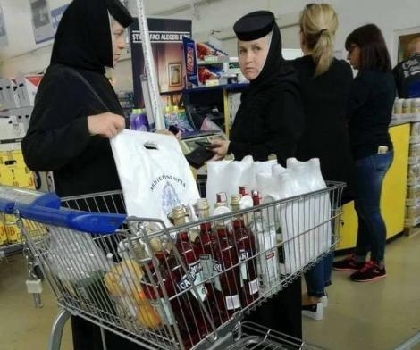 """Două măicuțe i-au șocat pe clienții unui supermarket! Oamenii s-au închinat, când au văzut ce au în cărucior: """"V-aţi greşit vocaţia, fetele mele"""""""