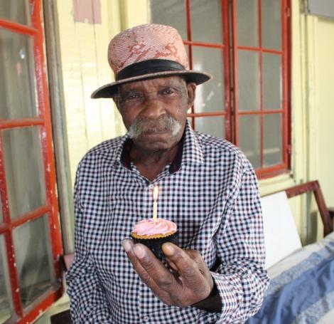 Niciodată nu e prea târziu. Cel mai bătrân bărbat din lume se luptă să renunțe la fumat: Dau vina pe diavol