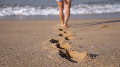 Oamenii de pe plajă au fugit speriați! Ce a găsit o femeie pe nisip