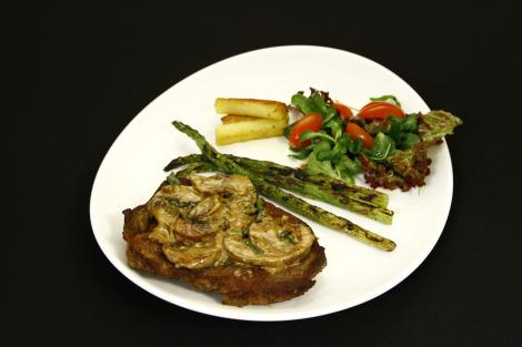 Steak diane cu sparanghel, cartofi si mix de salate
