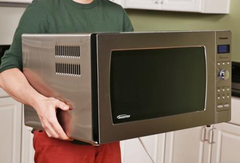 Un tânăr a vrut să vândă cuptorul cu microunde pe internet, dar s-a trezit cu mii de fane! Cum a fost posibil