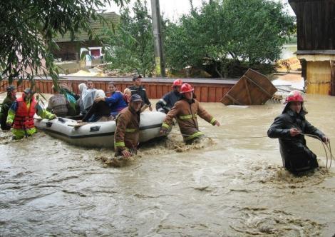 E prăpăd! Cod galben de inundaţii în mai multe județe ale țării! Întrebarea serii: cât vor continua fenomenele severe și furtuniile?
