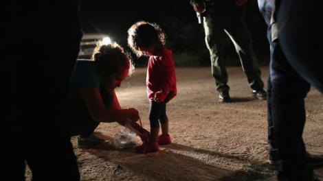 O familie de vedete a donat 100.000 de dolari pentru copiii separaţi de părinţii imigranţi! IMAGINILE DURERII: micuți care nu înțeleg de ce sunt închiși în cuști și de ce părinții îi lasă acolo