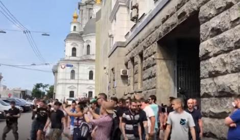 Politician aruncat la GUNOI! Protestatarii au filmat totul! (VIDEO)