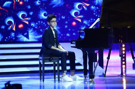 """Puștiul acesta e senzație curată! David a realizat un super show de umor, chiar în timp ce cânta la pian! """"Așa moment..."""""""